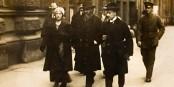 Kurt Eisner se rendant au Parlement pour remettre sa démission, quelques instants avant son assassinat  Foto: Unknown / Wikimédia Commons / CC-BY-SA PD