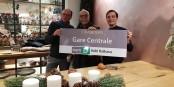 """Toni Vetrano (m.) und Alain Fontanel 'r.) mit dem neuen Schild - die Linie D fährt jetzt bis """"Kehl/Rathaus"""". Foto: Ville de Strasbourg"""
