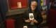 Jean-Paul KLEE portant sur son coeur une cible en forme de rosace Foto: Redaction