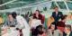 Voyager en train, un plaisir (à noter, la couleur de la peau des voyageurs et du serveur...) qui donne des droits... Foto: general Motors Corporation / Wikimedia Commons / PD