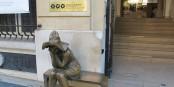 Devant l'Institut Hongrois de Paris, une mystérieuse jeune femme attend...  Foto: Hadonos / Wikimédia Commons / CC-BY-SA 3.0Unp
