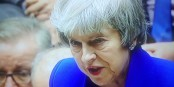 So richtig entspannt und glücklich sah Theresa May gestern Abend nach der Abstimmung nicht aus... Foto: ScS EJ