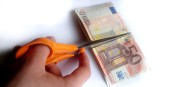 Sollte man den Euro nun gleich in Stücke schneiden? Nein, aber man könnte ihn sinnvoller nutzen... Foto: Nikowsk / Wikimedia Commons / CC-BY-SA 4.0int