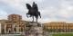 La statue de Skanderbeg, héros national albanais, avec à l'arrière-plan les bâtiments ministériels  Foto: Diego Delso / Wikimédia Commons / CC-BY-SA 3.0Unp