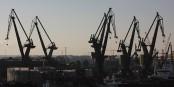 Les grues du port de Gdansk, vues du Centre Européen Solidarnosc  Foto: Andrzej Otrebski /  Wikimédia Commons / CC-BY-SA 4.0Int