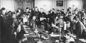 8. Mai 1945 - Keitel (sitzend) bestätigt durch seine Unterschrift das Ende des Nazi-Kriegs. Foto: Bundesarchiv, Bild 183-J0422-0600-002 / Wikimedia Commons / CC--BY-SA 3.0