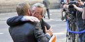 Schön, dass sich Donald Tusk und Jean-Claude Juncker so lieb haben. Schade, dass sie nichts für den Verbleib der Briten in der EU getan haben. Foto: European People's Party / Wikimedia Commons / CC-BY 2.0