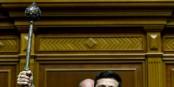 """La Bulava du dirigeant de l'Ukraine : appuyer sur l'une des 64 émeraudes qui la recouvrent fait apparaître une lame portant la devise sans doute prophétique, hélas  : """" OMNIA REVERTITUR """" (Tout revient)...  Foto: Mykhaylo Markiv/Wikimédia Commons/CC-BY-SA 4.0Int"""