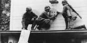 1er Septembre 1939 - des soldats allemands enlèvent l'aigle polonais à la frontière germano-polonaise. Foto: Bundesarchiv, Bild 183-E10458 / Wikimedia Commons / CC-BY-SA 3.0