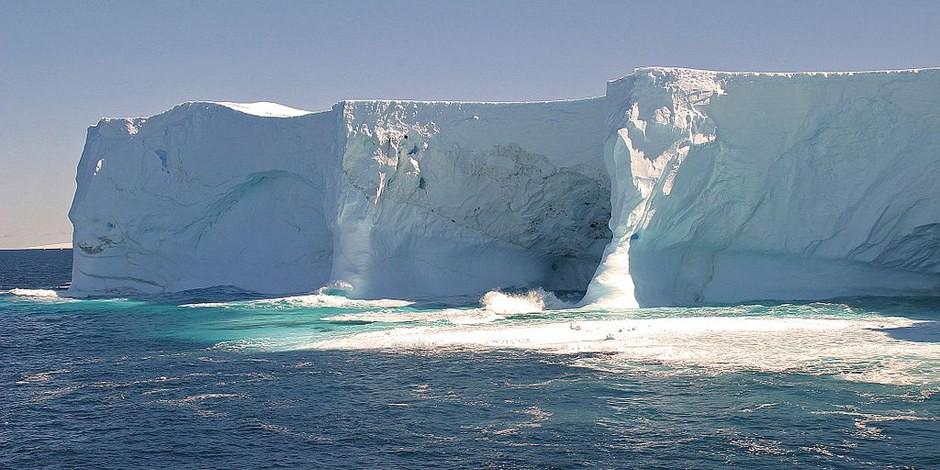 Das sich erwärmende Meerwasser erodiert die Eismassen und führt zum Abschmelzen der Pole, was zur Katastrophe führt. Foto: W. Bulach / Wikimedia Commons / CC-BY-SA 4.0int