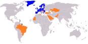 En bleu, la zone SEPA, en orange, la zone IBAN. Mais les paiements internationaux dans ces zones ne fonctionnent pas toujours comme il faut. Foto: Alienor at en.Wikipedia / Wikimedia Commons / CC-BY-SA 3.0