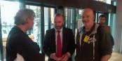 Manfred Weber (m.) im Gespräch mit den Eurojournalist-Redakteuren Michael Magercord und Kai Littmann. Foto: privat