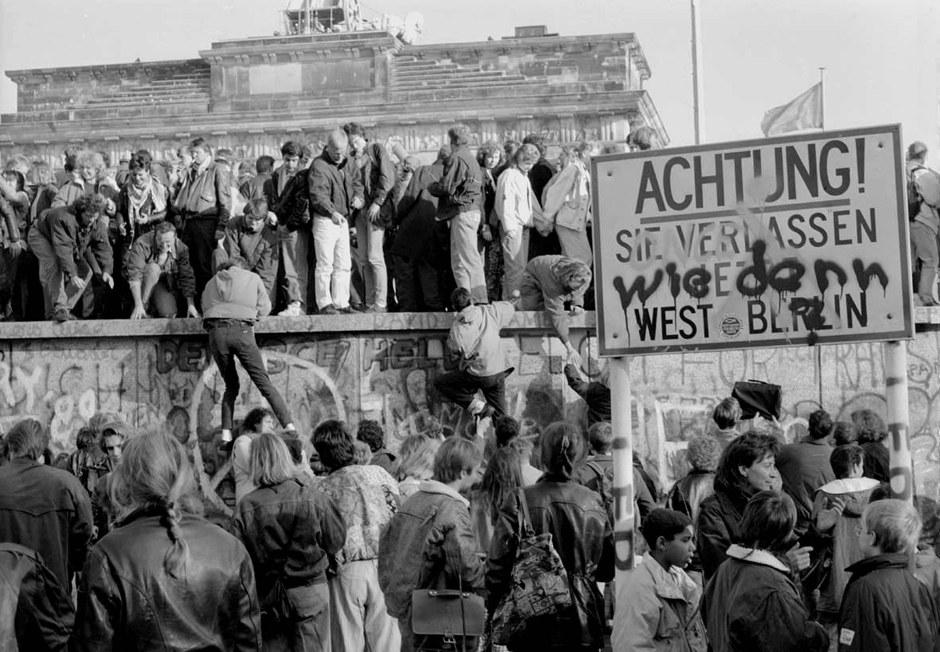 01 B - 10. November 1989 - Brandenburger Tor wird von Westberlinern gestürmt - wie denn - so gehts fast