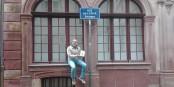 Pour savoir pourquoi on a photographié Olivier Claudon avec son livre dans la Rue de l'Epine, ben, il faudra lire le livre... Foto: Eurojournalist(e)