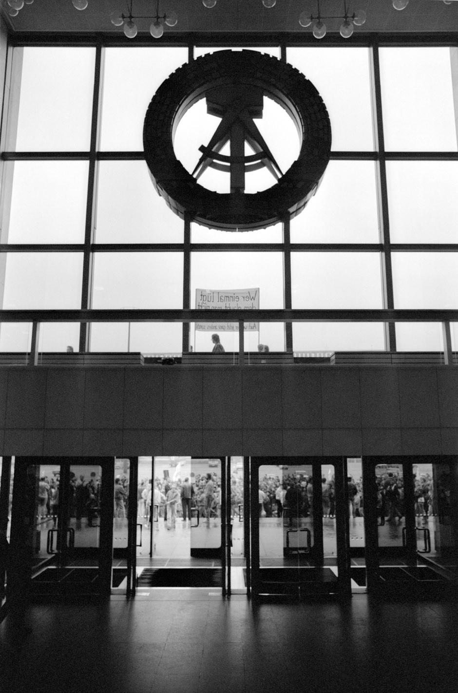 La manifestation devant le Palais de la République / Die Demonstration vor dem Palast der Republik... Foto: (c) Michael Magercord / ROPI
