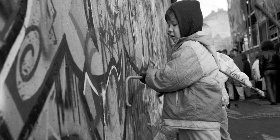 28 20 A - 12. November 1989 - In Kreuzberg übt sich ein kleiner Mauerspecht bei der Arbeit