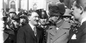 Le Prince héritier Guillaume avait oublié une chaussette sur son bonnet - même le Führer a du rire... Foto: Bundesarchiv / Bild 102-14437 / Georg Pahl / Wikimedia Commons / CC-BY-SA 3.0