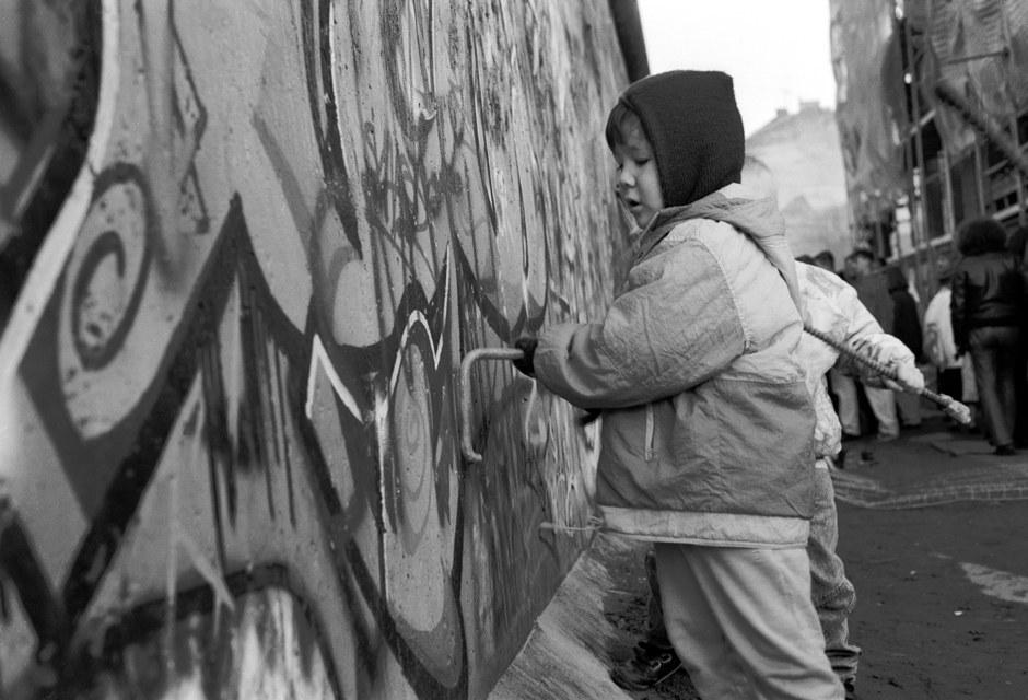La jeunesse s'y met aussi... / Junger Mauerspecht in Aktion... Foto: (c) Michael Magercord / ROPI