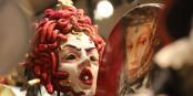 Selbst die Masken schauen ernst, angesichts der Schäden, die der Mensch dieser einmaligen Stadt zufügt. Foto: (c) Bernard Guerrier