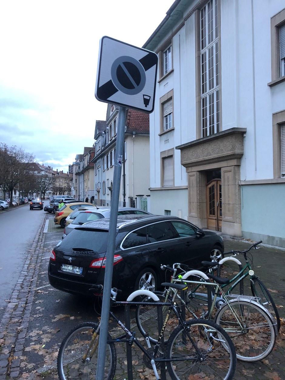 Der schwarze Wagen parkt völlig ordnungsgemäss - einen Strafzettel bekam er trotzdem... Foto: privat