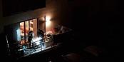 """Wir kennen """"The fiddler on the roof"""", das hier sind """"Idiots on the balcony"""". Kleines Corona-BBQ mit acht Personen. Foto: Viviane P."""