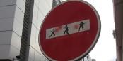 En temps de crise, les sens interdits moraux sont allègrement vandalisés par des imbéciles immoraux. Foto: Sebleouf / Wikimedia Commons / CC-BY-SA 4.0int