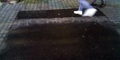 """Unterm Pflaster liegt der Strand? Auf den Asphalt in Frankfurt am Main ist ein Wunsch eingeschrieben, der aus Verzweiflung zum Verlangen wird - """"Möchte arbeiten"""". Foto: (c) Michael Magercord / ROPI"""