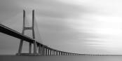 Le Pont Vasco de Gama, à Lisbonne, tout un symbole pour un pays qui, en pleine pandémie de Covid-19, réussit à combiner efficacement distance et proximité. Foto: William Warby / Wikimedia Commons / CC-BY 2.0