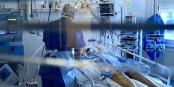 High Tech et engagement humain - le corps médical en première ligne dans la lutte contre le virus. Foto: © Nicolas Rosès 2020