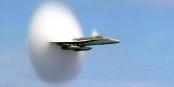Ein Boeing F-18 Hornet Kampfjet beim Durchbrechen der Schallmauer. Davon hätte AKK gerne ein paar. Foto: Ensign John Gay, U.S. Navy / Wikimedia Commons / PD