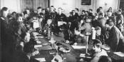 8. Mai 1945 - Generalfeldmarschall Wilhelm Keitel unterzeichnet die bedingungslose Kapitulation der Nazi-Verbrecher. Foto: Bundesarchiv, Bild 183-J0422-0600-002 / Wikimedia Commons / CC-BY-SA 3.0