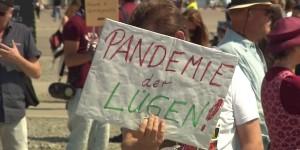 Was will uns dieser junge Mann mitteilen? Dass die Pandemie eine Lüge ist? Alles nur inszeniert? Keine Kranken, keine Toten? Foto: ScS EJ