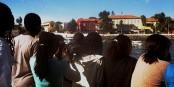 """Die Fähre legt an - Gorée im Blick einer Schulklasse, die das """"Maison des Esclaves"""" besichtigen wird. Foto: (c) Michael Magercord"""