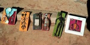 Zivilisationsmüll ist schön? Ansichtssachen auf Holzplatten aus den Kunstwerkstätten von Gorée. Foto: (c) Michael Magercord