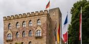 """Auf dem traditionsreichen Hambacher Schloss fand die Gründungssitzung des """"deutsch-französischen Ausschusses"""" statt. Foto: Friedrich Haag / Wikimedia Commons / CC-BY-SA 4.0int"""