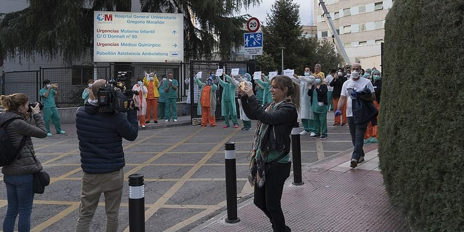 Les personnels de l'Hospital Gregorio Marañón à Madrid, descendus dans la rue pour la séance d'applaudissement de 20h00. Foto: Nemo / Wikimedia Commons / CC-BY-SA 4.0int