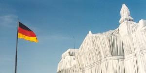 Durch die Verhüllung des Reichstags wird Christo den Deutschen immer in Erinnerung bleiben. Foto: Oscar Wagenmans / Wikimedia Commons / CC-BY-SA 4.0int