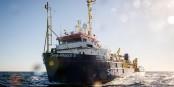 """Auch am Weltflüchtlingstag sucht die """"Sea-Watch 3"""" mit 211 Flüchtlingen an Bord nach einem sicheren Hafen... Foto: Chris Grodtzki / Sea-Watch.org / Wikimedia Commons / CC-BY-SA 4.0int"""