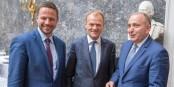 Trois Polonais en bleu : Trzaskowski, Donald Tusk et Grzegorz Schetyna, dirigeant de la Plateforme Civique  Foto : EPP/Wikimédia Commons/CC-BY-SA/2.0Gen