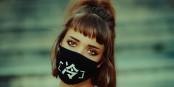 Maske? Keine Maske? Na ja, wenn sie so chic ist, dann kann man sie ja wohl auch tragen... Foto: Flavio Gasperini / Wikimedia Commons / CC0 1.0