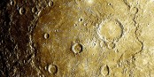 Beethovens Krater auf dem Planeten Merkur, Nummer EW0257129602G. Mahlers Krater hat dort oben in unmittelbarer Sonnenähe die Nummer EN1067844344M. Foto: Messenger Raumsonde / NASA / PD