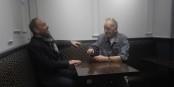 Bonne humeur malgré la crise - Yannick Garzennec et Kai Littmann en pleine discussion. Foto: Jacques Zucker