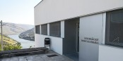 L'extension de Pinhão du Centre de Santé d'Alijó, au Nord du Portugal, avec sa vue imprenable sur le Douro.  Foto:   Sanjorgepinho /  Wikimedia Commons / CC-BY 4.0int