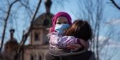 Für die Kleinsten ist das Tragen einer Maske am schwierigsten... Foto: www.vperemen.com / Wikimedia Commons / CC-BY-SA 4.0int