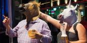 """Laut Professor Müller bieten nur die neuartigen """"Horse Masks"""" einen echten Schutz vor dem Virus... Foto: Brandon / Wikimedia Commons / CC-BY 2.0"""