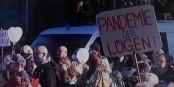 Werden solche Demonstrationen noch erlaubt, damit sich Wirrköpfe und Neonazis gegenseitig anstecken? Foto: ScS EJ