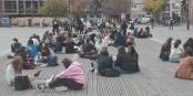 """Das ist also der strenge """"Lockdown"""" in Strasbourg... Mittagspause für Schüler*innen und Virus. Foto: Eurojournalist(e) / CC-BY-SA 4.0int"""