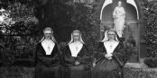 Oha, wissen die Nonnen etwa mehr, als sie sagen wollen? Foto: National Library of Ireland on The Commons / Wikimedia Commons / PD