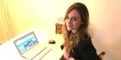 Léa Jobert devant la page d'accueil d'Isoria - voilà l'avenir de la vie économique... Foto: privée