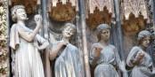 Wenn die wüssten, was rings um die Kathedrale herum passiert... Foto: Txllxt TxllxT / Wikimedia Commons / CC-BY-SA 4.0int